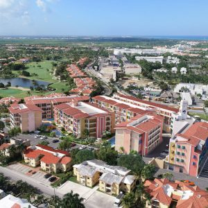 Apartamentos con playa en Punta Cana 3 minutos caminando. RR FINAL ENTORNO El boom de los proyectos en construcción Regis Jimenez Remax RD 1-809-350-4540