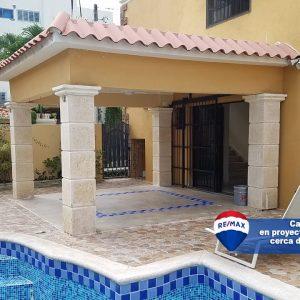 Casa en alquiler en Santo Domingo con piscina. regis Jimenez Remax RD