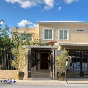 Casa en venta en Cuesta Hermosa segunda con Patio y Piscina en proyecto cerrado - Regis Jimenez Agente Inmobiliario en Punta Cana y Santo Domingo